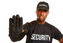 Security Mann lässt Abstand halten mit einer Handgeste